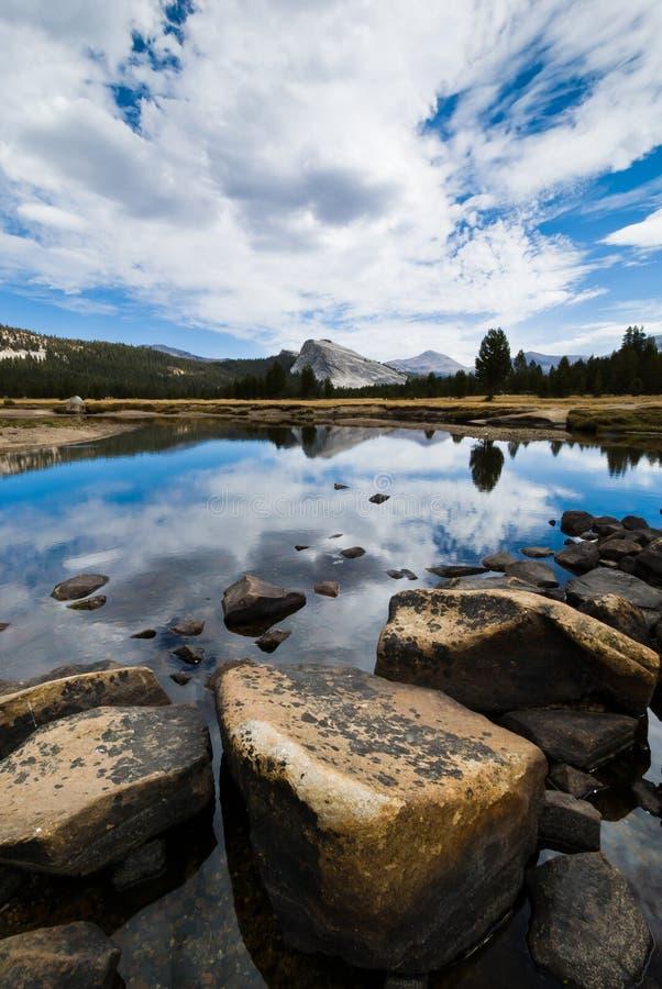 Reflexión Yosemite de los prados de Tuolumne   fotografía de archivo