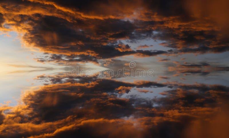 Reflexi?n hermosa de la puesta del sol dram?tica en Kota Marudu fotografía de archivo libre de regalías