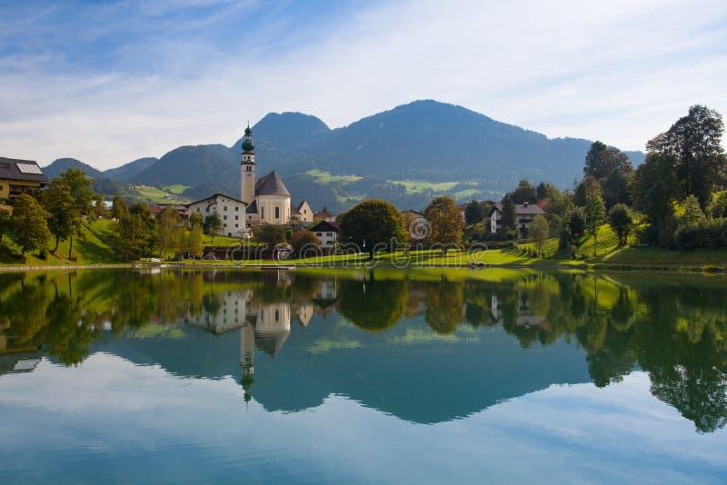 Reflexion auf dem See in Reith, Österreich lizenzfreies stockbild