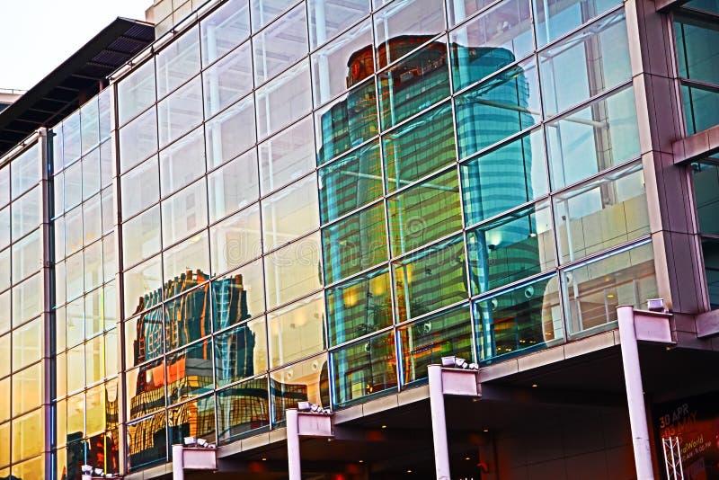 Reflexion auf Gebäude stockfoto