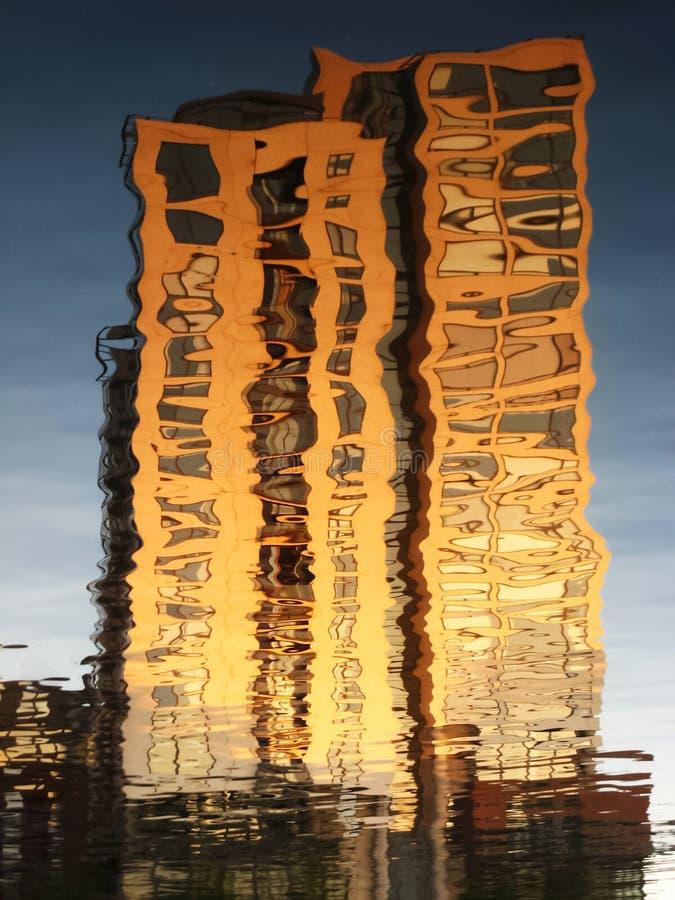 Reflexion auf Wasser eines modernen Gebäudes dublin irland lizenzfreie stockbilder