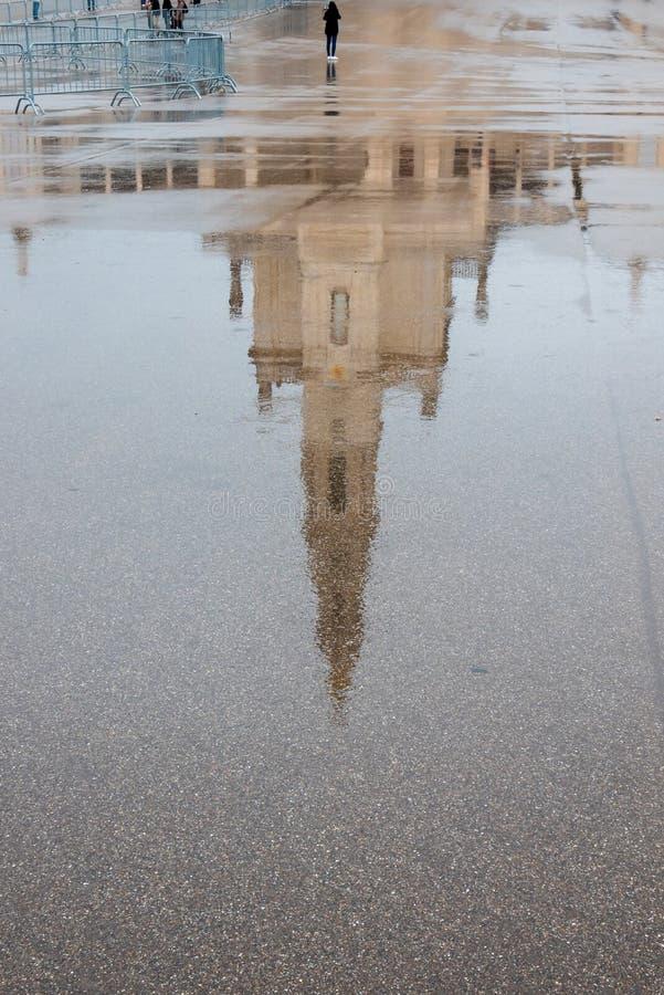 Reflexion av basilikan av vår dam av radbandet, Portugal royaltyfri bild