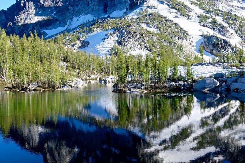 Reflexion av berget i den alpina sjön royaltyfria foton
