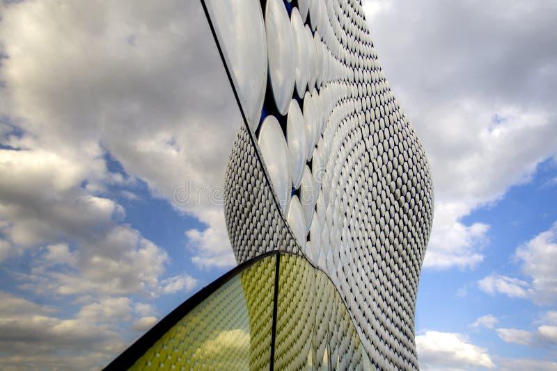 Reflexion av blå himmel på att upprepa modellbakgrund arkivfoto