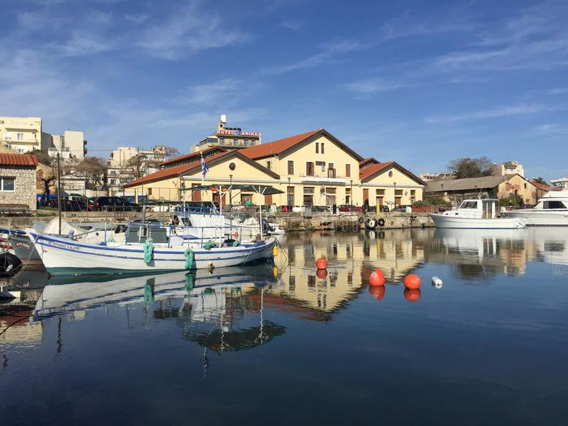 Reflexion av byggnader och fartyg på havet på Alexandroupolis port i Grekland royaltyfri fotografi