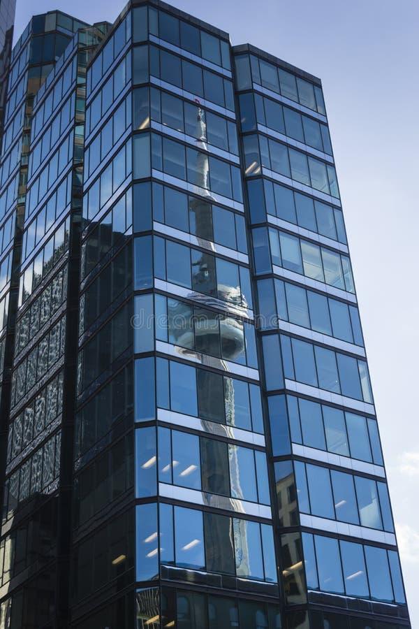Reflexion av det Toronto tornet i exponeringsglasskyskrapa royaltyfri bild