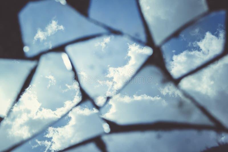 Reflexion av en blå himmel med fluffiga moln fotografering för bildbyråer