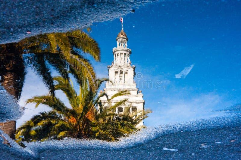 Reflexion av en byggnad i en pöl fotografering för bildbyråer