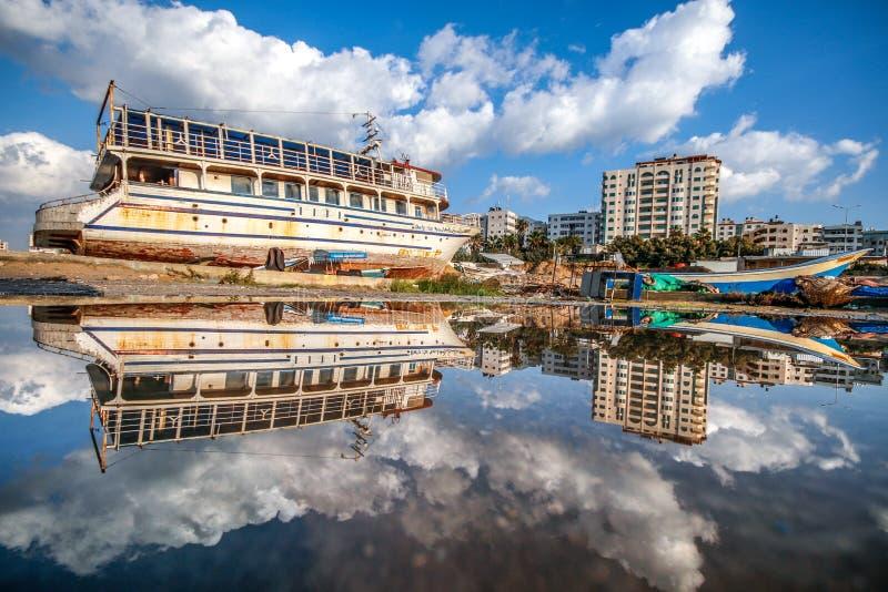 Reflexion av en härlig sikt av staden av Gaza fotografering för bildbyråer
