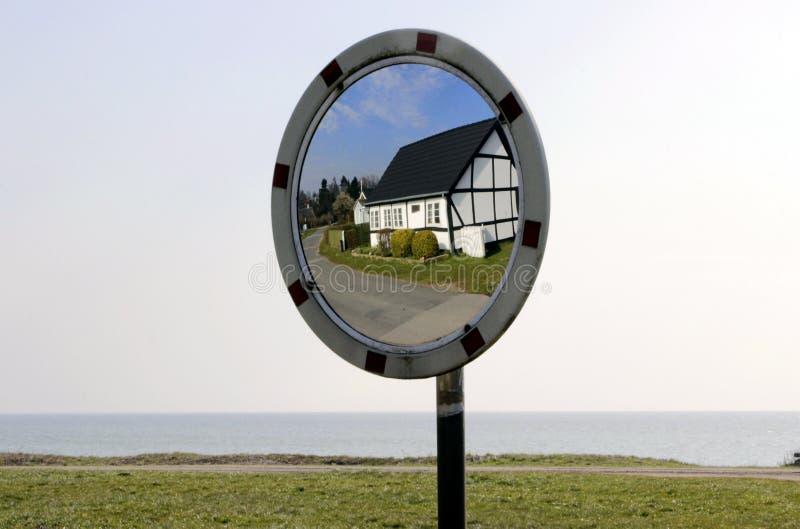 Reflexion av ett gammalt hus i Danmark royaltyfri bild