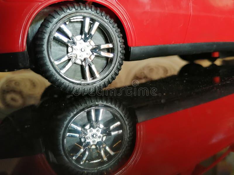 Reflexion av ett hjul av en leksakbil på exponeringsglaset arkivbilder