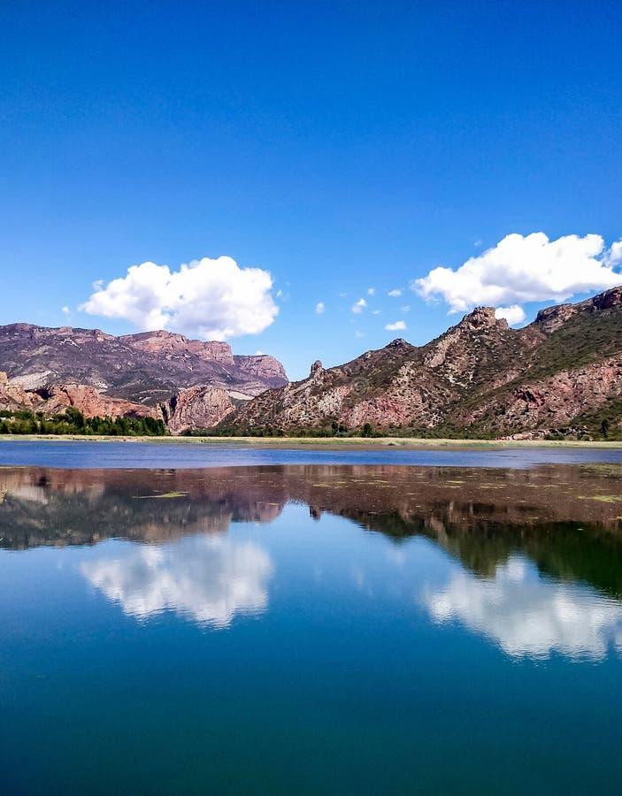 Reflexion av ett landskap på en sjö royaltyfri foto