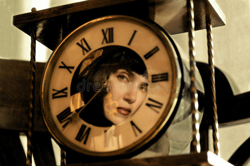 Reflexion av flickan i klockan royaltyfria foton