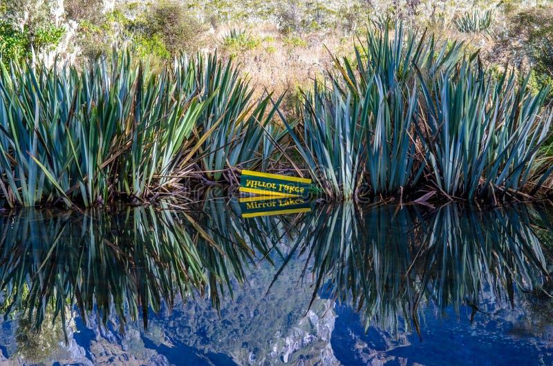 Reflexion av greven Mountains och signage av spegel sjöarna på spegel sjöarna fotografering för bildbyråer