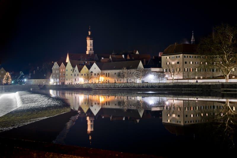 Reflexion av Landsberg am Lech vid natt royaltyfria bilder