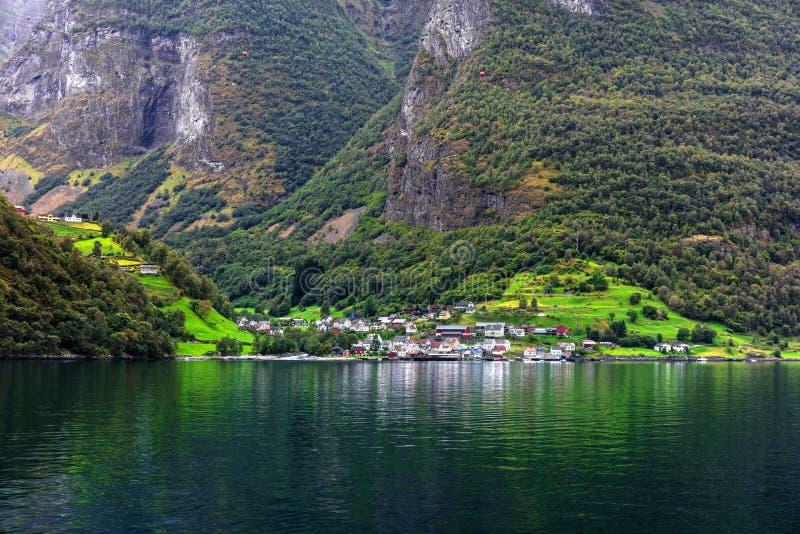 Reflexion av lilla staden i den norska fiorden, Norge arkivfoton