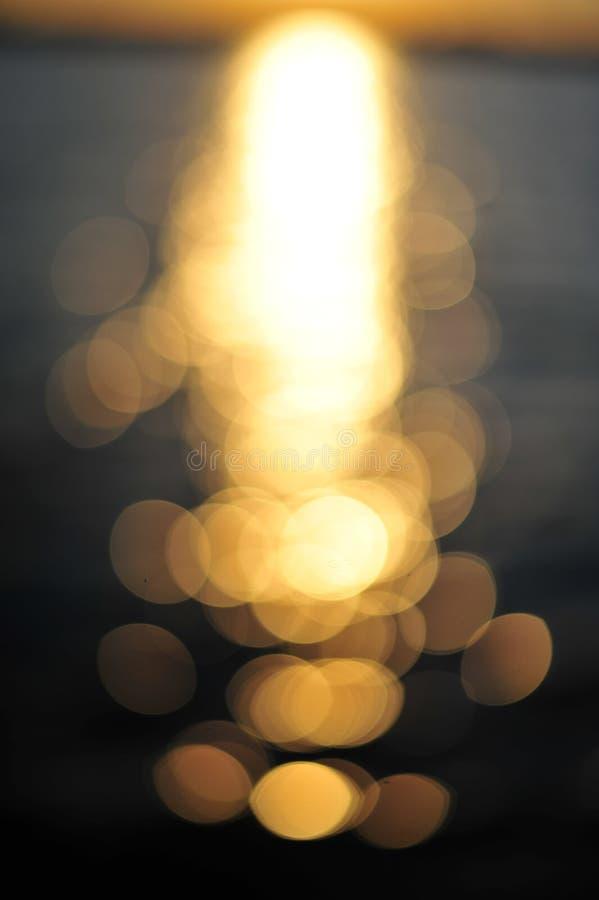 reflexion av ljus på vattenyttersida i solnedgång arkivfoton
