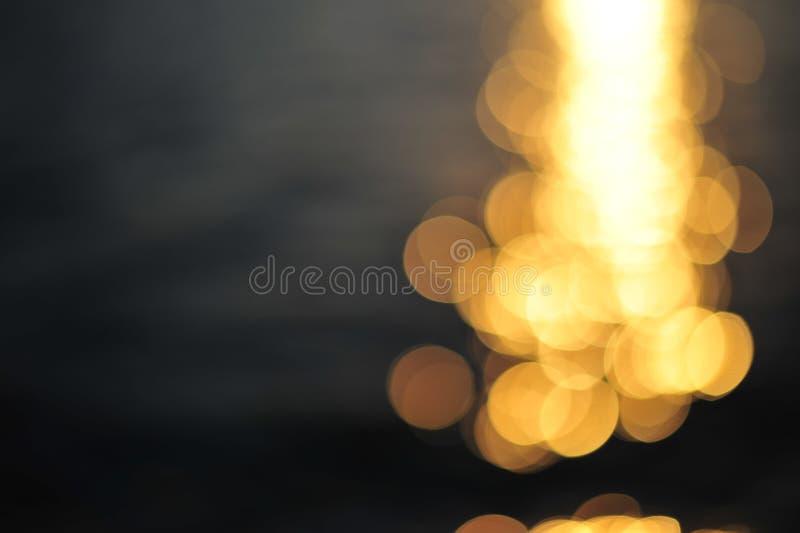 reflexion av ljus på vattenyttersida i solnedgång royaltyfri foto