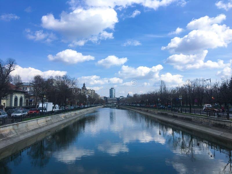 Reflexion av moln i floden Bucharest på våren royaltyfria bilder