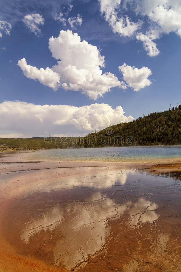 Reflexion av moln i storslagen prismatisk vår i den halvvägs Geyserhandfatet i den Yellowstone nationalparken arkivfoto