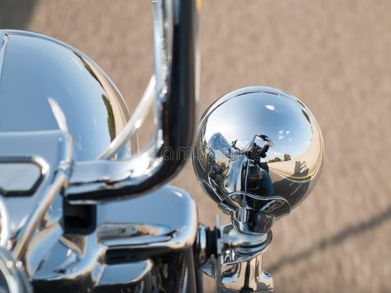 Reflexion av motorcyklisten i strålkastaren royaltyfria bilder