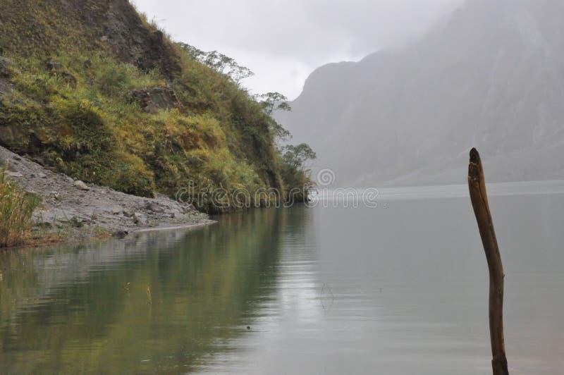 Reflexion av Mt, Pinatubo krater, Filippinerna fotografering för bildbyråer