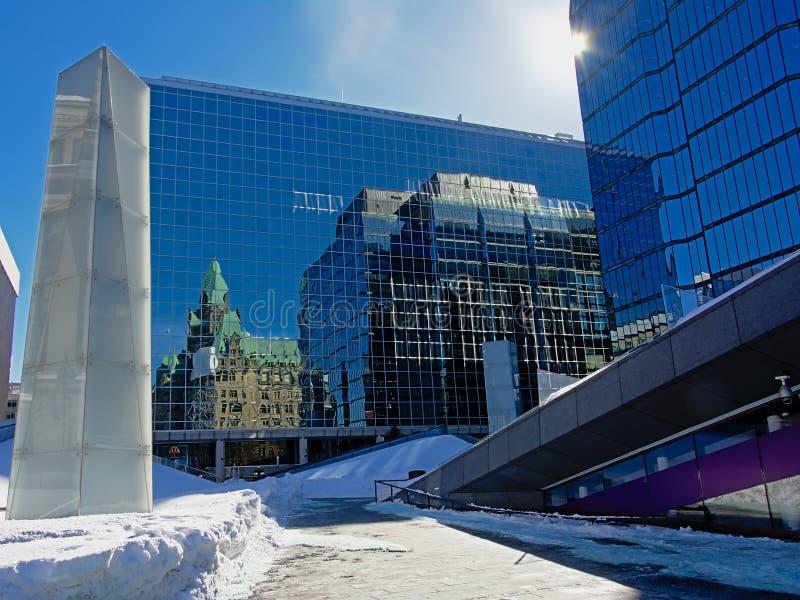 Reflexion av neogothic byggnad och den moderna skyskrapan i det wal av en exponeringsglas- och stålbyggnad fotografering för bildbyråer