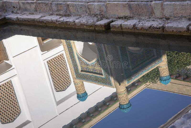 Reflexion av relikskrin, Bahouddin Nakshband gravvalv, Bukhara, Uzbekis arkivfoto