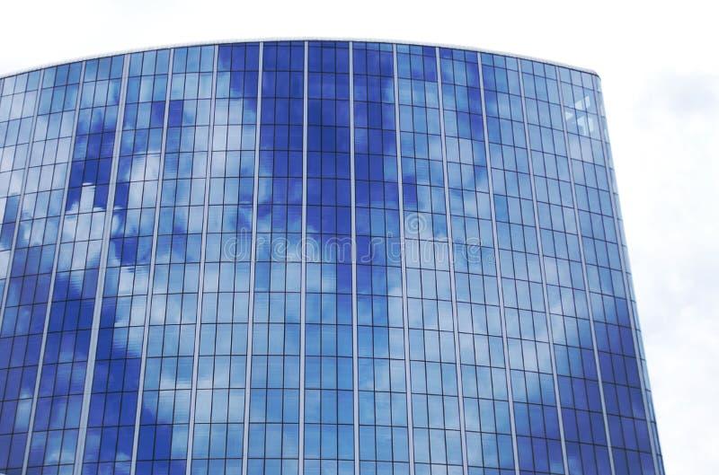 Reflexion av skyen på en skyskrapa fönster arkivfoton