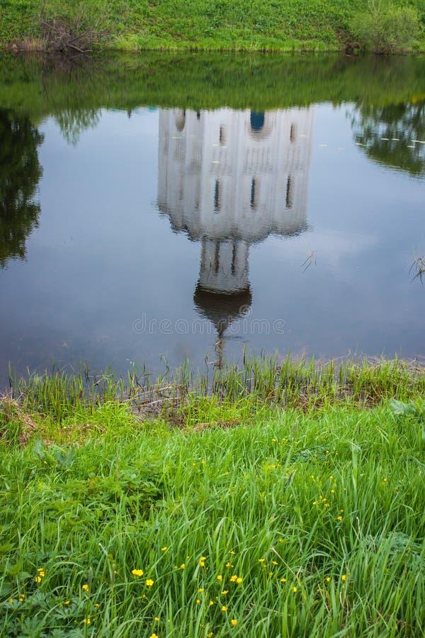 Reflexion av vitkyrkan med blåa kupoler och sceniska moln, Bo royaltyfria foton