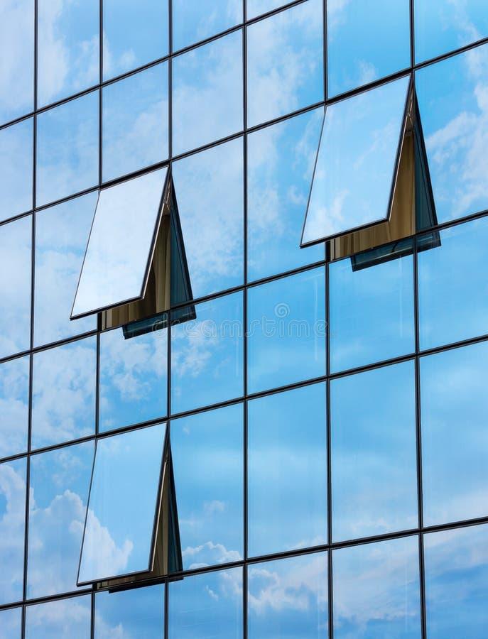 Reflexion in den offenen Fenstern des Wolkenkratzers lizenzfreie stockbilder