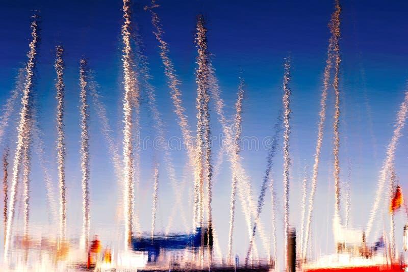 Reflexion der Boote und der Maste im Wasser lizenzfreie stockbilder