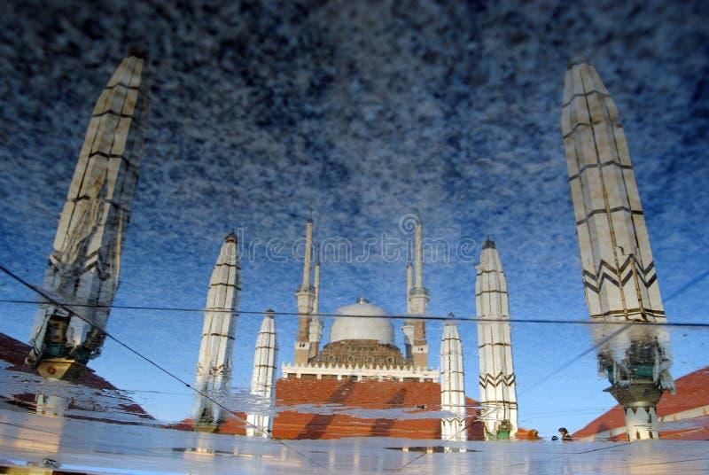 Reflexion der großen Moschee von Jawa Tengah, Semarang, Indonesien stockbilder