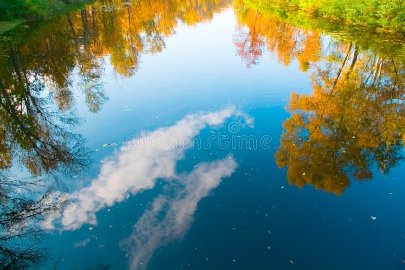 Reflexion der Herbstbäume und des Himmels, Wolken im Fluss stockfoto