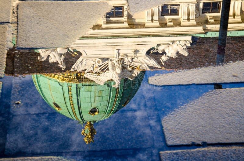 Reflexion der Hofburg-Gebäudehaube in einer Pfütze, Wien, Österreich lizenzfreies stockfoto