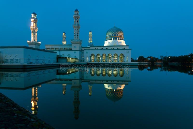 Reflexion der Kota Kinabalu-Stadtmoschee in Sabah, Ost-Malaysia stockbild