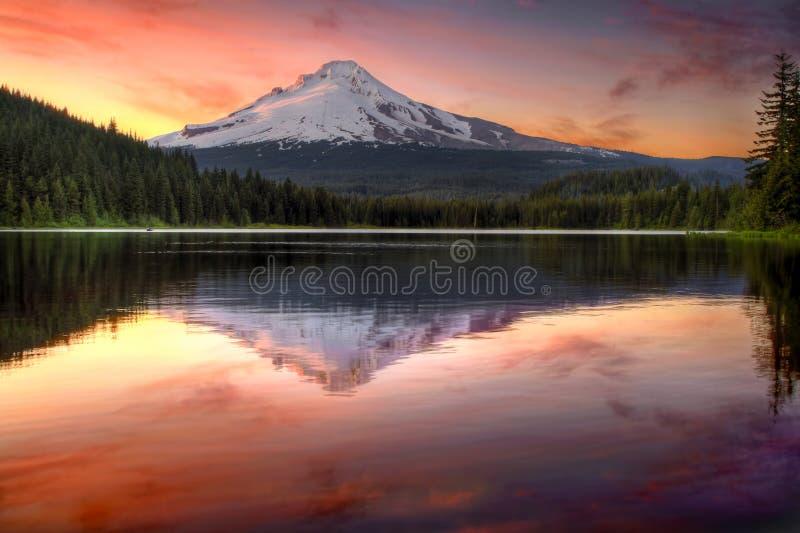 Reflexion der Montierungs-Haube auf Trillium See-Sonnenuntergang lizenzfreie stockfotos
