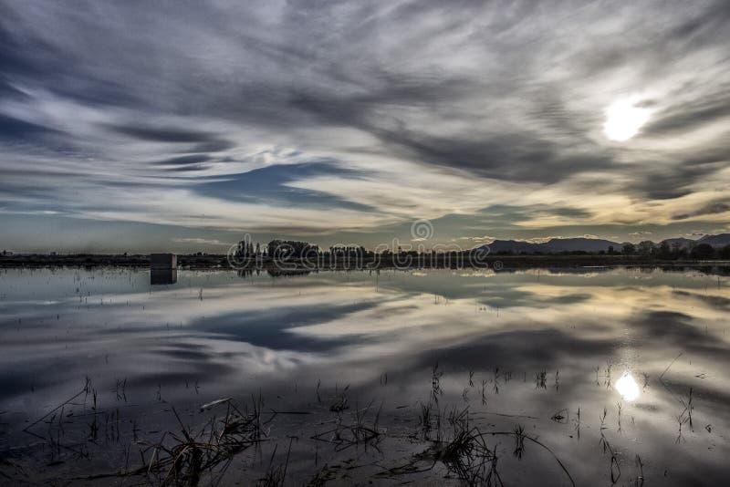Reflexion der Sonnenuntergang auf dem Wasser lizenzfreie stockfotografie