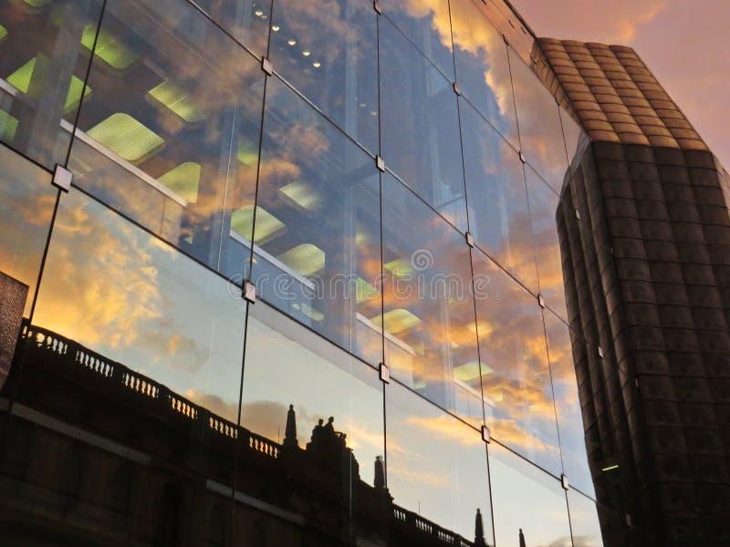 Reflexion des alten historischen Gebäudes mit Wolken während des Sonnenuntergangs am modernen Glasgebäude, Prag, Tschechische Rep lizenzfreies stockbild