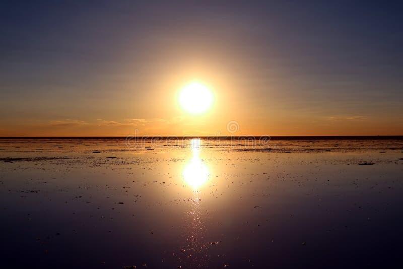 Reflexion des berühmten Spiegeleffektes bei Sonnenuntergang auf Uyuni-Salz-Ebenen oder Salar de Uyuni in Bolivien, Südamerika stockfotografie