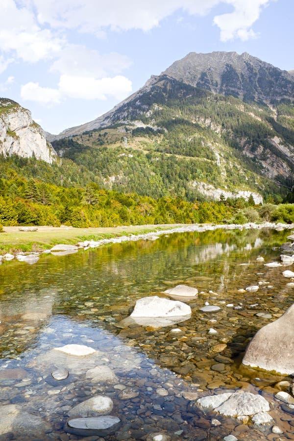 Reflexion des Berges im klaren Wasser stockbild