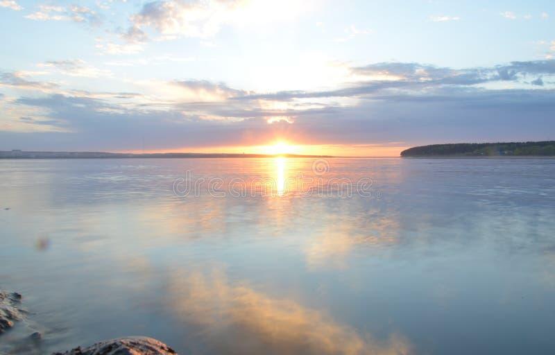 Reflexion des blauen Himmels mit weißen Wolken im Wasser, abstrakter Hintergrund lizenzfreies stockbild