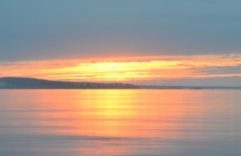 Reflexion des blauen Himmels mit weißen Wolken im Wasser, abstrakter Hintergrund stockbild