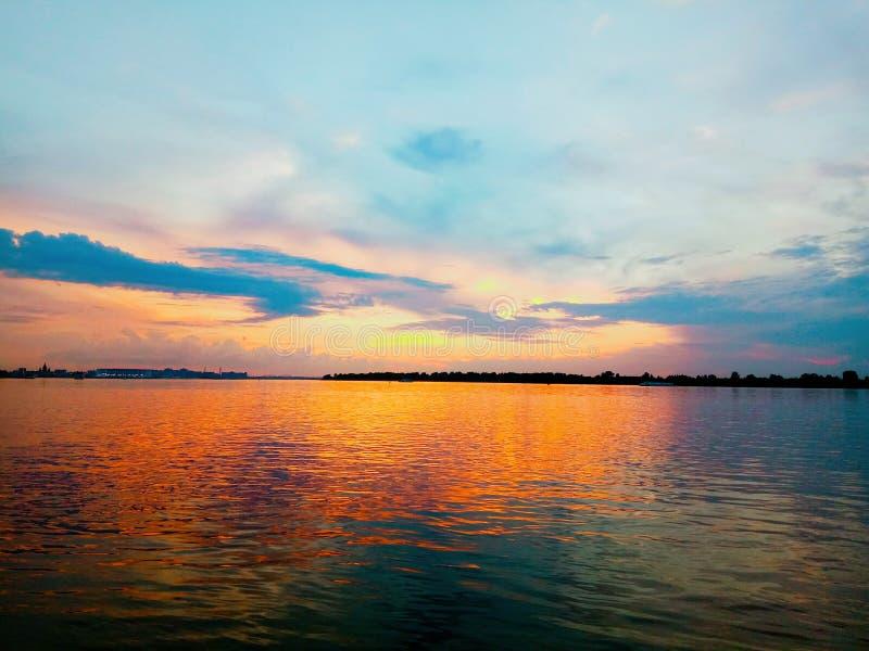 Reflexion des bunten Sonnenuntergangs in der Wasseroberfläche stockbild