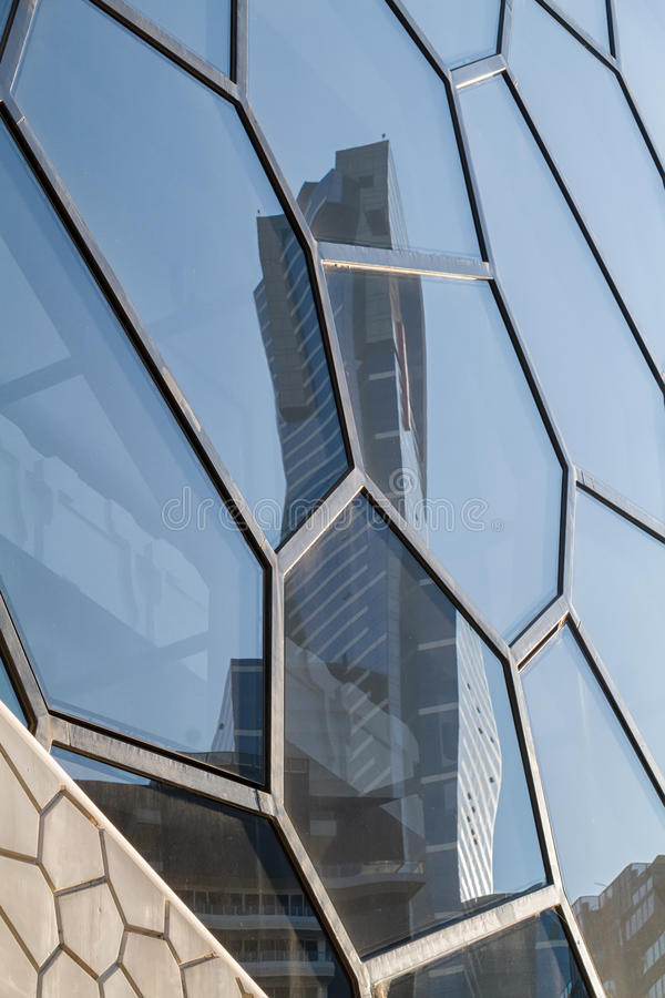Reflexion des Eureka-Turms in einer organischen geformten Glasfassade lizenzfreie stockbilder