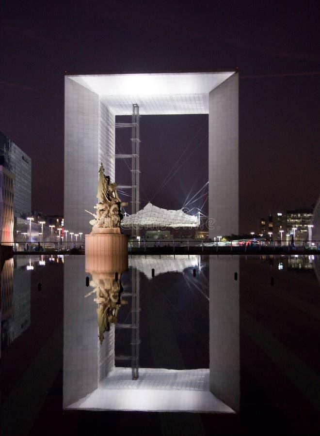 Reflexion des Grande Arche in Paris nachts lizenzfreie stockfotografie