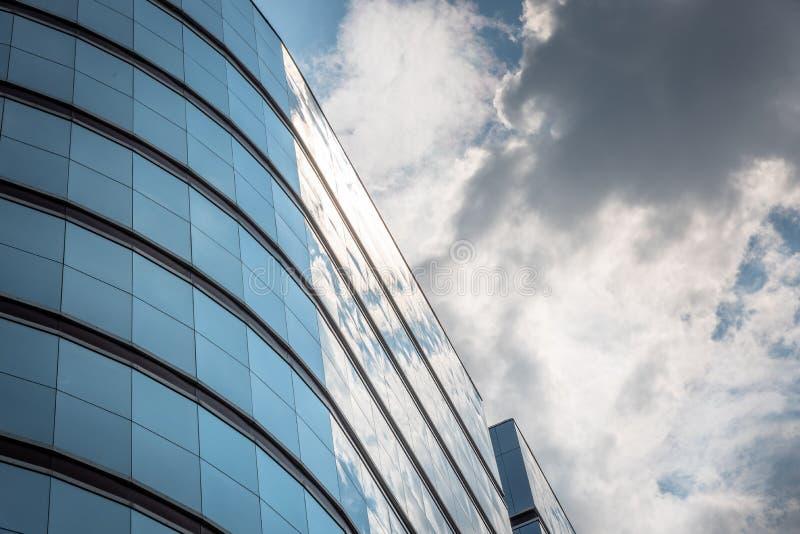 Reflexion des Himmels und könnte auf modernem Handelsgebäude lizenzfreies stockfoto
