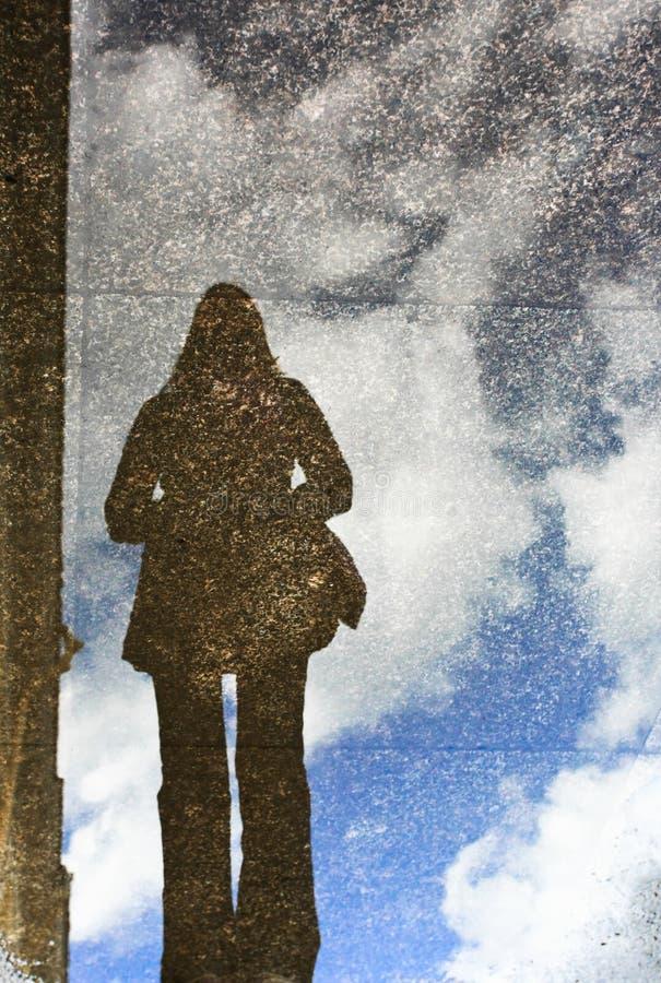 Reflexion des Mädchens stockfoto
