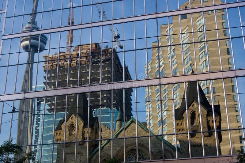 Reflexion des modernen Gebäudes stockfoto
