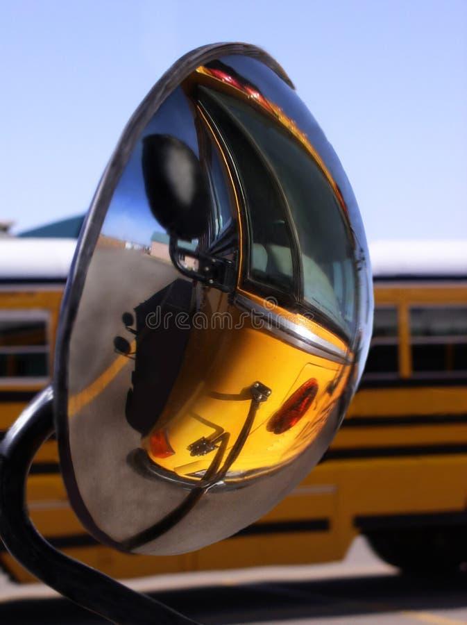 Reflexion des Schulbusses stockbild